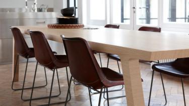 Moderne eiken houten tafel met leren stoelen