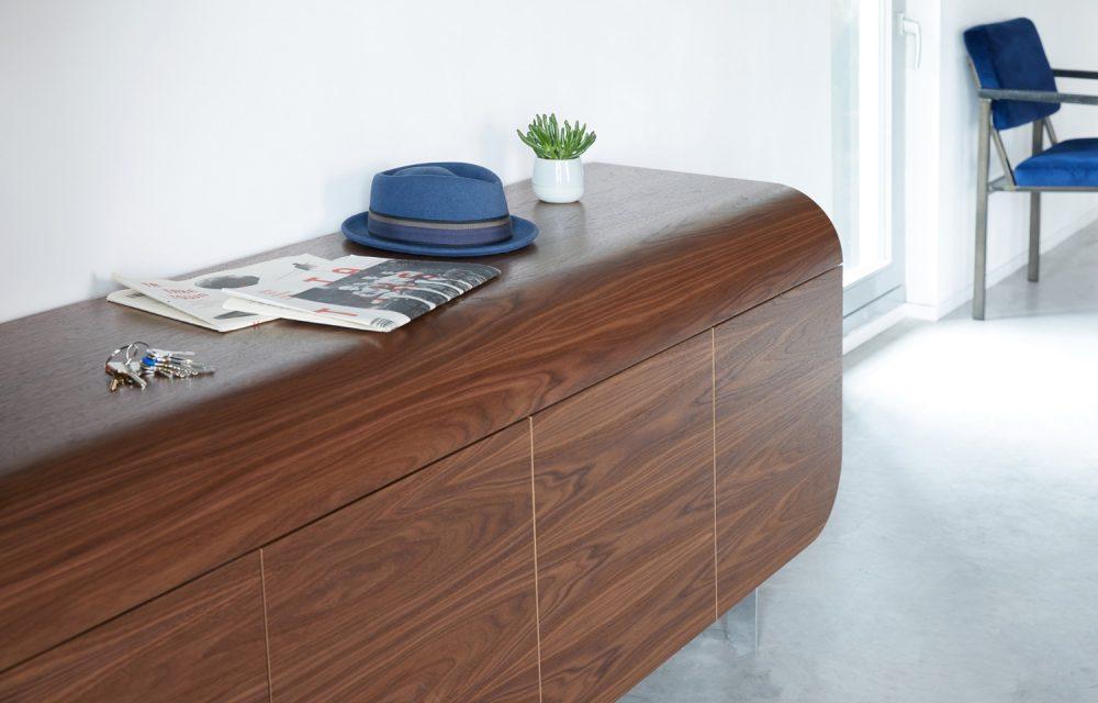 dressoir in noten hout in gebruik als sidetable in de hal