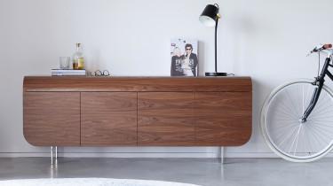 modern dressoir in noten hout met zwarte bijzettafel